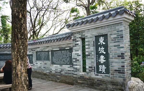 惠州西湖的大門是平湖門,從火車站有多路公交可以到達.