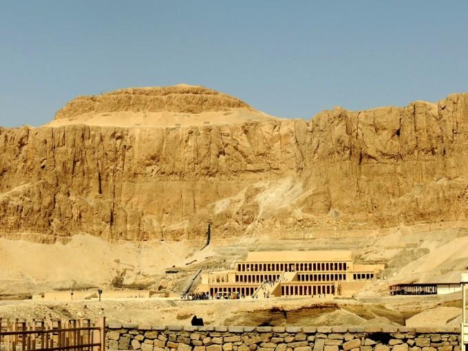 --> 谢谢各位捧场,游记音乐放起的亲们,现在开始我的埃及之旅了,这是我们一辈子必去的国度之一;我又是一个人出游,朋友们都不敢去埃及、怕乱,中埃包机,重庆直飞阿旺斯,当然跟团了比较安全。 埃及是一个具有7000年历史的文明古国,那里有宏伟的金字塔、栩栩如生的狮生人面像,还有尼罗河上的惨案;儿时的我做梦都不会想到自己会像梦游者似的坐游轮在埃及8日游,现在我却真真正正的坐在电脑旁与您对话! 对了去埃及前必须换好美金,在埃及人民币不能用。由于埃及地跨两州9月也算夏天很热,要带防晒霜、墨镜、长袖长衣
