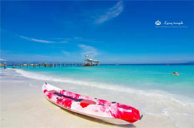 对于出国游经验丰富的人来说,马来西亚或许根本不值得一提。近几年马航、亚航多次离奇失联,让国人或多或少对这片土地的安全性平添了几分担忧,除此之外,东南亚其它国家旅游业的崛起和兴盛,在拥有相似旅游资源(浮潜、海岛、沙滩、碧海、蓝天、海鲜、美食)的情况下,泰国、印尼、菲律宾等似乎更胜一筹,这使马来西亚的竞争优势并不明显。不过,对于出境自由行新手而言,这个华人占了近三分之一、无需担心语言交流障碍的国度,无疑还是最佳选择! 我们对马来西亚的认识,更多是通过几部熟知的电影,如任贤齐、郑秀文主演、拍摄于热浪岛的《夏日么