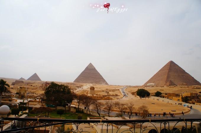 金字塔都是正方位的,但互以对角线相接,造成建筑群参差的轮廓.