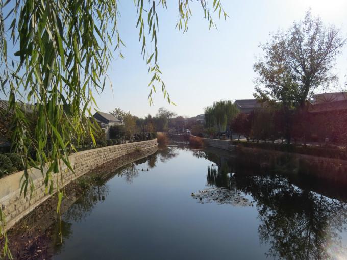 石栏板,和清澈碧绿的河水相映相辉显得古香古色,使此处又呈现出元明时古都风貌。而河道两旁的建筑则主要以清代的古建四合院为主。在福祥桥西的平安大街上复修了福祥寺。   2007年,在复建挖掘玉河的过程中,发现了元代时通惠河的河堤遗址,玉河庵的山门和东西配殿的地基。我国著名的文物考古专家徐苹芳先生说,玉河是通惠河的一段,并在河畔的卧地巨石上亲题通惠河玉河遗址。
