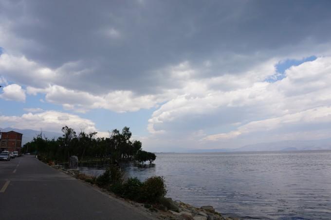客栈第一件事就是站在那些石头上面对洱海,我终于来到了理想中的大理