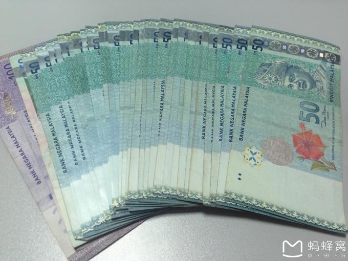 如果你有华夏银行卡,也可以到境外atm取钱,每天的第一笔不收手续费