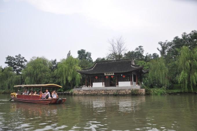 """""""白塔晴云""""出来就是瘦西湖,沿着湖岸边漫步来到瘦西湖的标志""""五亭桥"""""""