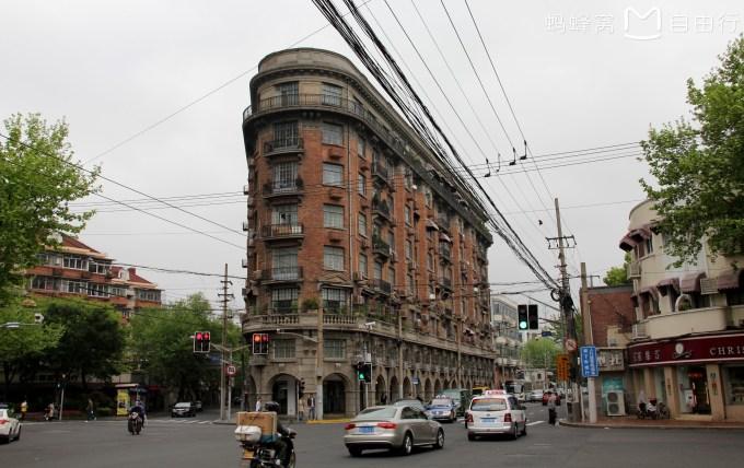 上海是一个被誉为魔都的地方。中国还没有哪个城市能像上海一样多元,古典与时尚结合,市井与小资并置,摩登化一直走在最前列,她的魅力吸引着无数探险家的到来。这已经是我第四次来上海了,每次到来都会有新的感悟,新的认识。利用闲暇时间重游上海,再次感知了这座城市的魅力。   (2016.