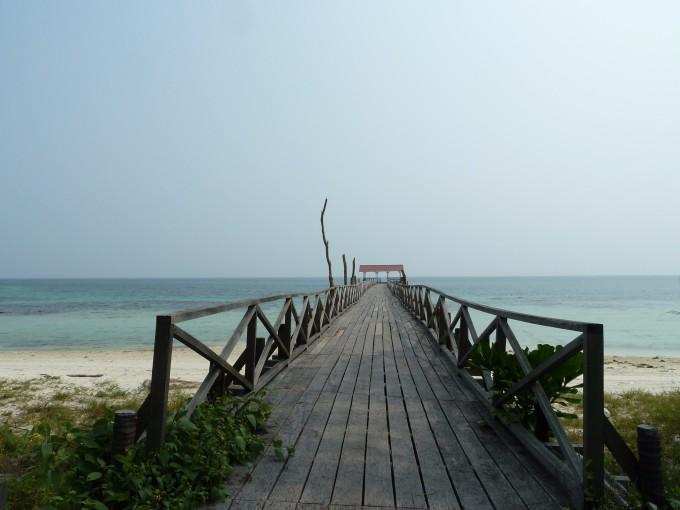 (Pulau Besar 大岛攻略) 从吉隆玻出发到丰盛港(Mersing)码头大概四个小时路程,天没亮6.30am左右我们已起程出发,路途中我们有停下来吃个早餐抵达码头是11am左右。 从码头开往大岛(Besar Island)的快艇是12.30pm起航,我们提早出发是避免路途中有什么预想不到的突发状况或迷路(汽车开往丰盛港码头得穿越狭窄崎岖十八弯的小路)。 快艇准时起航不到半个小时已抵达大岛。大岛果然如传言般人烟稀少,今天开往大岛的快艇就只有我们这艘十四个人。若要避静和放空这里是不二选择。 我们享用度