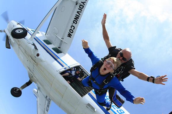 乘坐著小型飞机,慢慢上升至高空