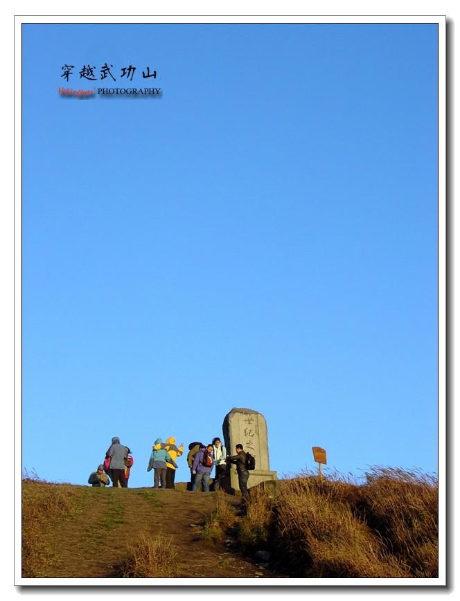 """标志是一方花岗岩大碑石,碑以萍乡市地图为底座,碑的一面刻着""""武功"""