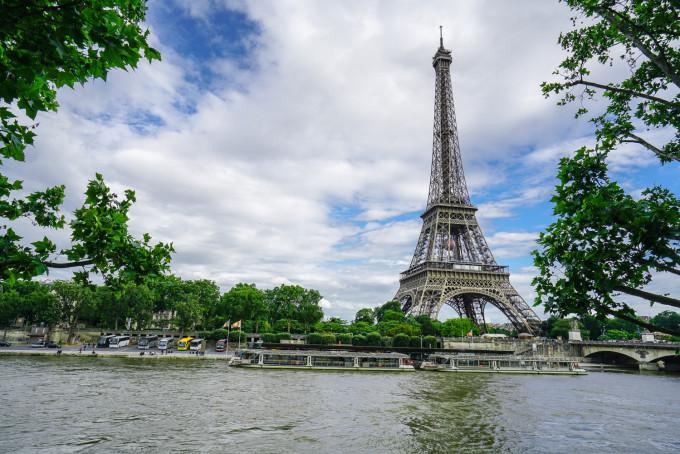 岸边郁郁葱葱之下的巴黎铁塔