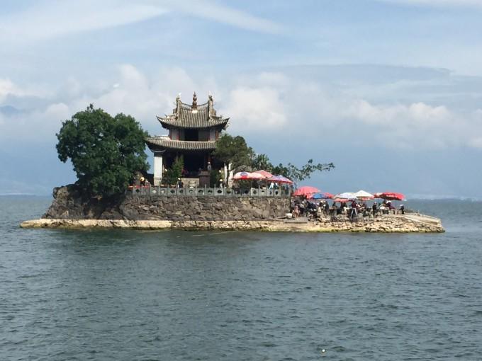 小普陀岛虽然很小,但名气很大,在不少大理画册上都有这个袖珍小岛的